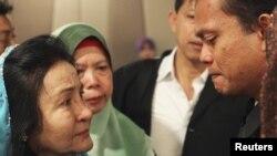 Bà Rosmah Mansor (trái), phu nhân của Thủ tướng Malaysia Najib Razak, khóc với các thành viên gia đình của hành khách trên chuyến bay Malaysia MH370 bị mất tích tại một khách sạn ở Putrajaya, ngày 9/3/2014.