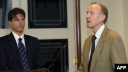 Thẩm phán người Đức Siegfried Blunk (phải)