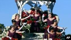 La reina del tradicional desfile, Louise Siskel, dijo estar orgullosa de ser la primera reina con lentes y representar la diversidad.