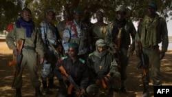 Un groupe de gendarmes maliens près du fleuve Niger dans la ville de Gao, le 28 février 2013.