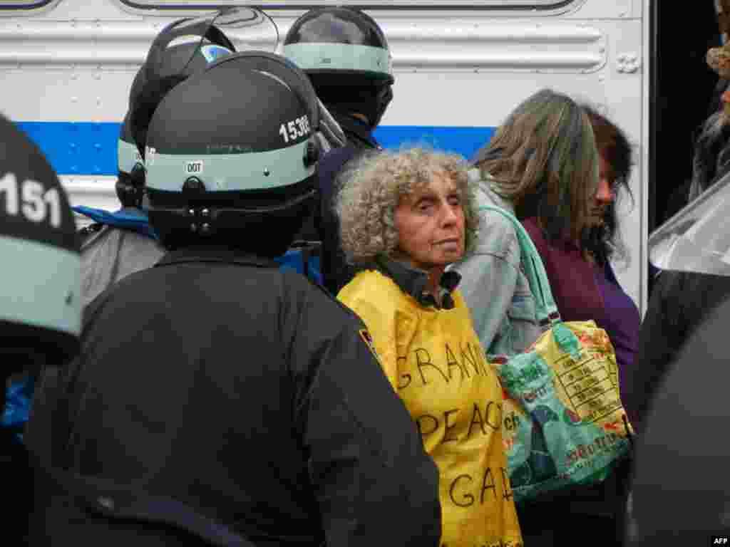 «Захватчики Уолл-стрит» вернулись в парк Зукотти, но уже без палаток