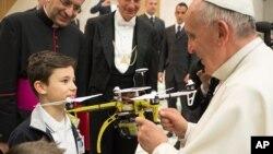 El papa recibe un dron de regalo durante una reunión con estudiantes en Italia. Aquí en Estados Unidos, los drones han quedado prohibidos durante la visita papal.