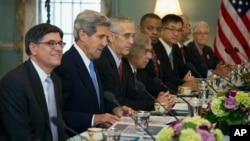 Bộ trưởng Tài chính Jacob Lew (trái), Ngoại trưởng John Kerry tham gia cuộc thảo luận cấp cao hàng năm với phái đoàn Trung Quốc do Phó Thủ tướng Trung Quốc Uông Dương dẫn đầu tại Washington, ngày 10/7/2013.