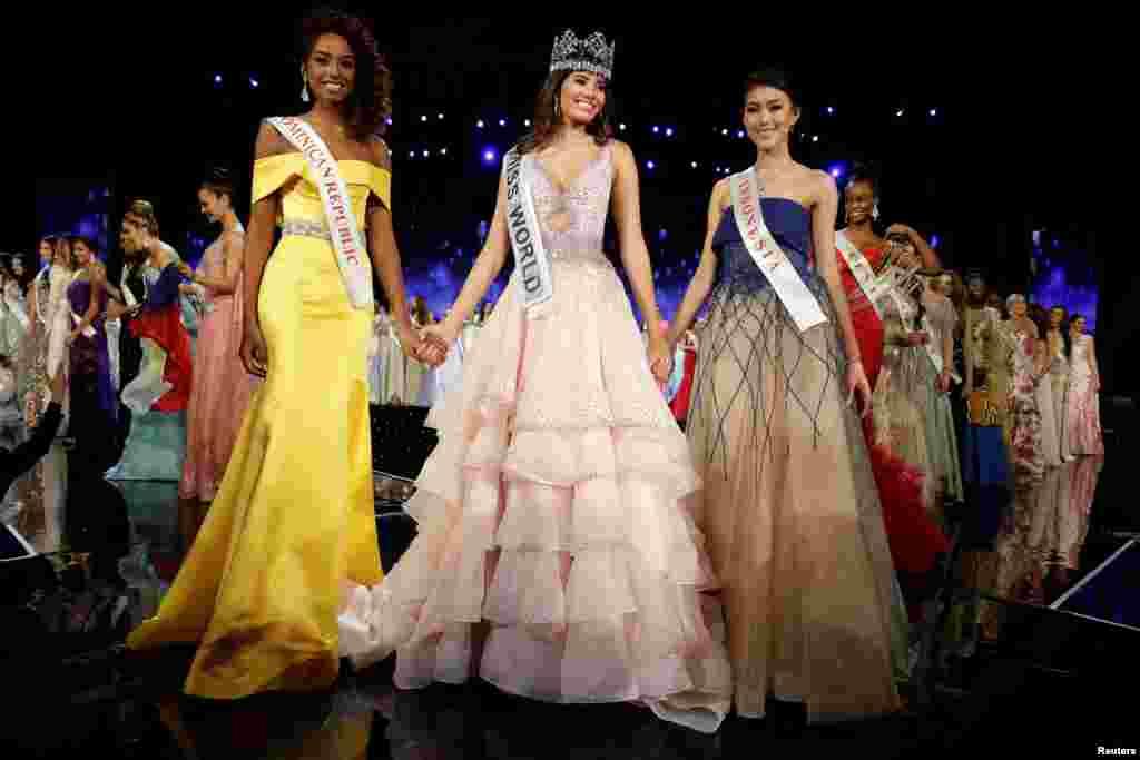 Juara ketiga Natasha Mannuela dari Indonesia (kanan) bersama Miss World 2016 dari Puerto Rico Stephanie Del Valle (tengah) dan juara kedua, Miss Dominican Republic Yaritza Miguelina Reyes Ramirez dalam kompetisi kecantikan itu di Oxen Hill, Maryland, AS (18/12). (Reuters/Joshua Roberts)