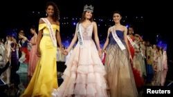 Natasha Mannuela dari Indonesia (kanan) bersama Miss Puerto Rico Stephanie Del Valle (tengah) dan juara kedua, Miss Dominican Republic Yaritza Miguelina Reyes Ramirez dalam kompetisi Miss World 2016 di Oxon Hill, Maryland, AS (18/12). (Reuters/Joshua Roberts)