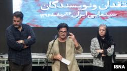 Džafaru Panahiju, iranskom reditelju i dobitniku prestižnih nagrada na festivalima u Kanu, Berlinu i Veneciji, zabranjeno je snimanje filmova ili napuštanje Irana zbog njegove podrške opozicionom Zelenom pokretu.