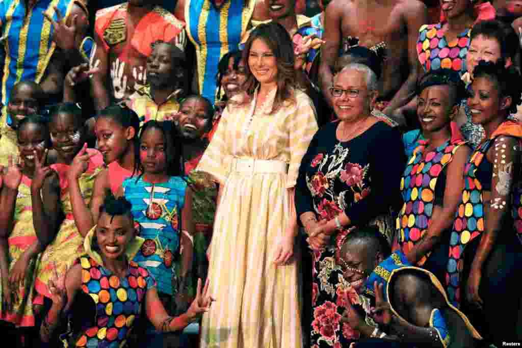 2018年10月5日,肯尼亚内罗毕的国家剧院,美国第一夫人梅拉尼娅·特朗普和肯尼亚第一夫人玛格丽特·肯雅塔同演员合影留念。