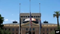 亞利桑那州議會8月26日下半旗悼念國會參議員麥凱恩。