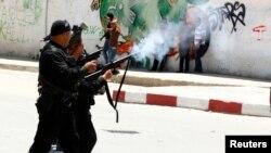 Cảnh sát bắn hơi cay để giaỉ tán cuộc biểu tình ở thành phố Kairouan, Tunisia, 19/5/13