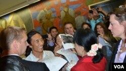 Các nhân viên đài VOA ngưỡng mộ bà Suu Kyi đã nồng nhiệt chào đón khi bà đến thăm đài