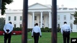 Para petugas Dinas Rahasia di bagian utara Gedung Putih di Washington, D.C. (20/9). (AP/Susan Walsh)