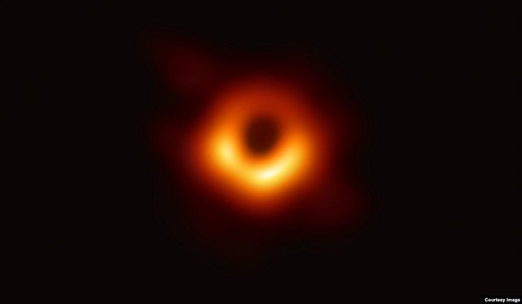 인류 역사상 최초로 관측에 성공한 블랙홀 형상. '사건지평선망원경(EHT·Event Horizon Telescope)' 연구진은 10일 거대은하 'M87' 중심부에 있는 블랙홀 관측에 성공했다고 밝히고 해당 형상을 공개했다. 이 블랙홀은 지구에서 5천5백만 광년 떨어졌으며 태양보다 65억배 무겁다.