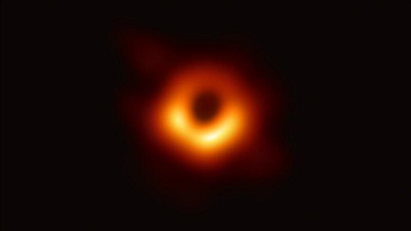 Naučnici prvi put uslikali crnu rupu