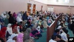 Bulan suci Ramadan dimulai hari Selasa (9/7) di Amerika, menurut Dewan Fikih Amerika Utara atau ISNA. Warga muslim beribadah di masjid-masjid setempat (foto: dok).