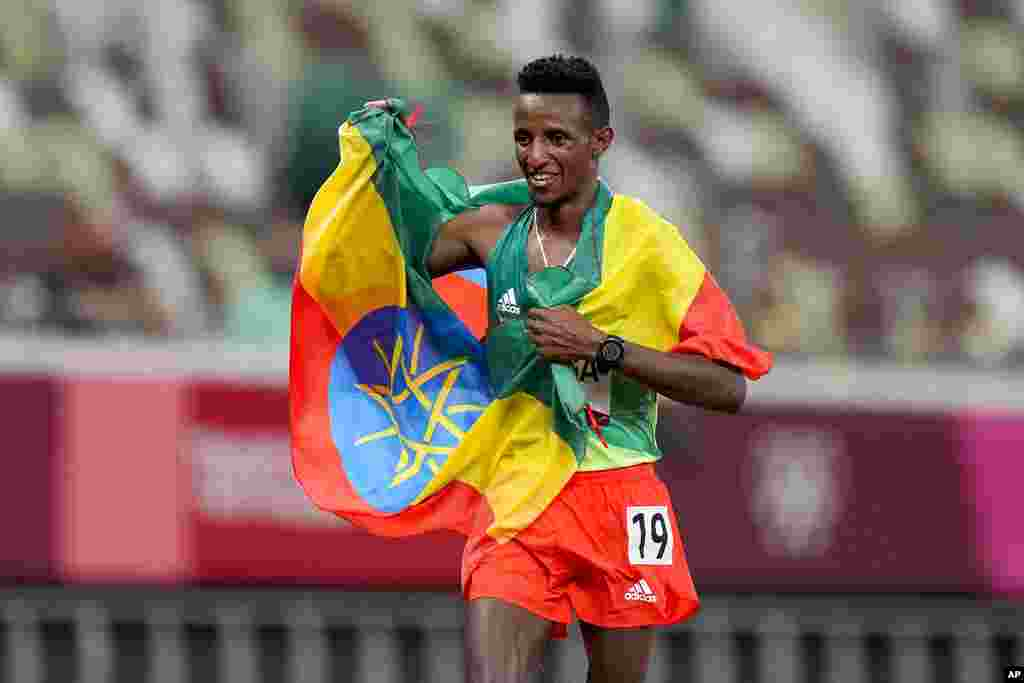 Selemon Barega, of Ethiopia, celebrates after winning the men's 10,000-meter run at the 2020 Summer Olympics, Friday, July 30, 2021, in Tokyo.(AP Photo/Petr David Josek)