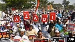 Para pengunjuk rasa muslim memegang spanduk dan mengibarkan bendera India selama demonstrasi menentang UU Kewarganegaraan baru India di Bangalore pada 3 Januari 2020. (Foto: AFP)