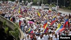 星期六在委内瑞拉首都加拉加斯游行抗议的民众