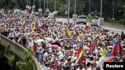 Pendukung oposisi Venezuela menggelar aksi unjuk rasa menuntut pelaksanaan referendum untuk menurunkan OPresiden Nicolas Maduro dari kekuasaan di Caracas, Venezuela, 22 Oktober 2016 (Foto: dok).