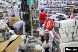 中國廣東深圳在華強北商業街區工人們在一家商店工作。(2019年9月6日)