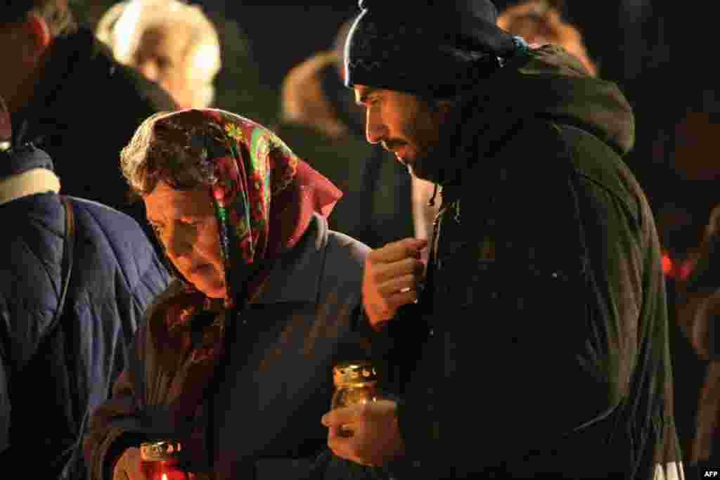 К монументам жертвам голодомора приходят поколениями и семьями