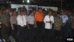 Presiden Joko Widodo memberi keterangan pers usai mengunjungi dan bertemu keluarga penumpang di krisis center AirAsia di Bandara Internasional Juanda, Selasa, 30 Desember 2014 malam. (VOA/Petrus Riski)