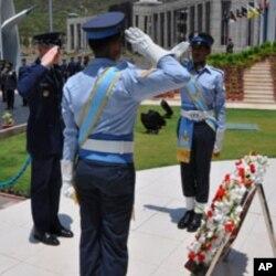 امریکی ائر فورس کے سربراہ جنرل شوارز نے پی اے ایف ہیڈ کوارٹر میں قائم شہداء کی یاد گار پر پھولوں کی چادر چڑھائی