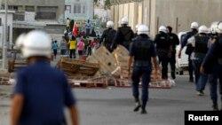 Cảnh sát chống bạo động Bahrain tiến về phía người biểu tình chống chính phủ tại Budaiya, phía tây thủ đô Manama.