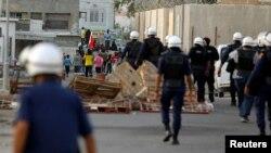 Cảnh sát chống bạo động tiến về phía người biểu tình ở Budaiya, phía tây thủ đô Manama.