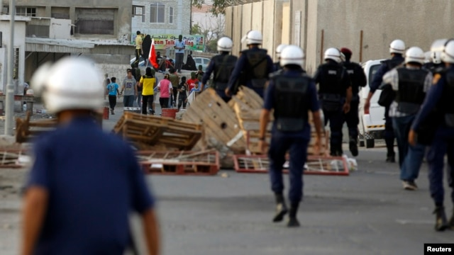 Riot police make their way towards anti-government protesters attempting to stage a rally in Budaiya, west of Manama, Bahrain's capital, May 17, 2013.