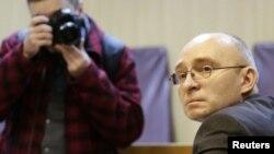 28일 러시아 모스크바에서 인권변호사 피살 사건과 관련해 법정에 출두한 용의자 드미트리 크라포트.