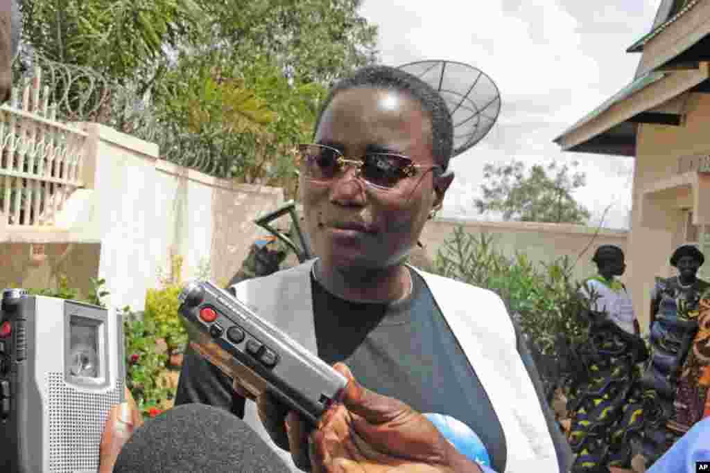 Janet Kabila akizungumza na waandishi habari wakati wa ziara yake jimboni Oriental