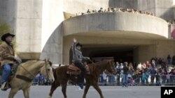 Parade koboi merupakan salah satu bentuk acara dalam Festival Houston Livestock Show and Rodeo (foto: dok).