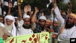 حامیان جمعیت علمای اسلام در شهر کویتۀ پاکستان بر ضد داعش مظاهره کردند، زیرا تندروان داعش سیاستمداران پاکستانی را هدف قرار میدهند که با طالبان افغان رابطه دارند