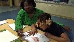 Пожилые волонтеры учат школьников читать
