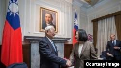 台灣總統蔡英文11月12日在台灣總統府接見出席APEC組織會議的代表張忠謀。( 台灣總統府發布)