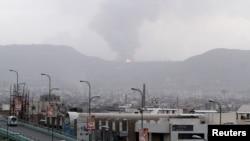 지난 6일 예멘 사나에 공습이 있은 후 연기가 치솟고 있다.