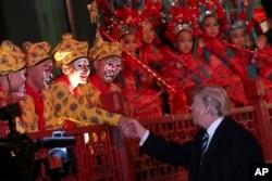 آقای ترامپ با استقبال کنندگان دست می دهد و به ابراز احساسات آنها پاسخ می دهد.