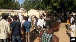 Saldırı sonrası okulun önününde toplanan Nijeryalılar