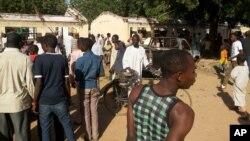 Curiosos observan el sitio de la explosión en el Government Science Technical College de Postikim, Nigeria, donde murieron unos 48 estudiantes.