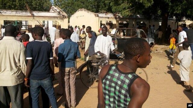Curiosos observan el sitio de la explosi�n en el Government Science Technical College de Postikim, Nigeria, donde murieron unos 48 estudiantes.