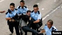 警員拘捕示威者並將他抬離佔領區