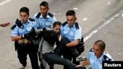 25일 홍콩 몽콕 거리에서 철거를 거부하는 시위대원이 경찰에 연행되고 있다.