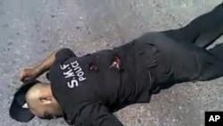 因特网上流传从叙利亚官方电视上截取的画面,叙利亚北部一名警察被处决