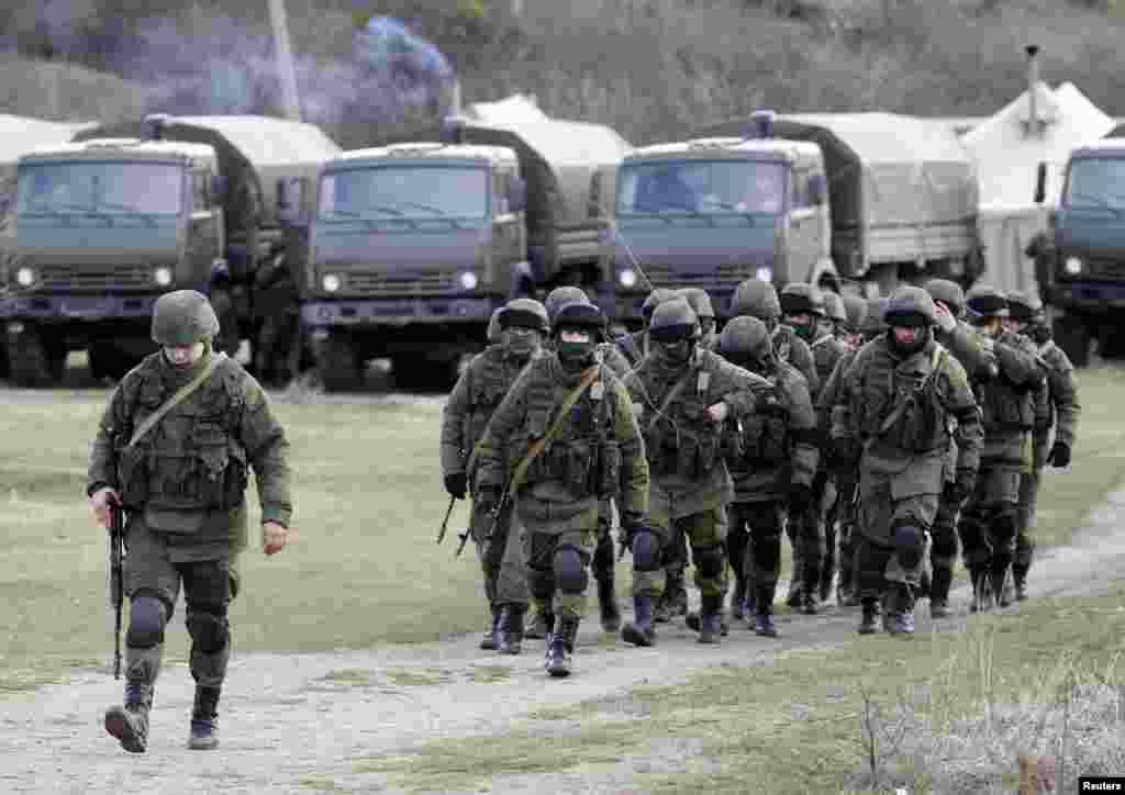 یوکرین کے نیم خودمختار خطے کریمیا کے نئے رہنما کا کہنا ہے کہ روس نواز فورسز نے جزیرہ نما کے تمام اسٹریٹیجک راستوں کا کنٹرول سنبھال لیا ہے۔