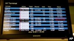 Табло прилета с задержками и отменами авиарейсов в аэропорту Ла Гуардия в Нью-Йорке (архивное фото)