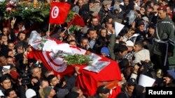 8일 튀니지 수도 튀니스에서 지난 6일 피살된 야당 지도자 초크리 벨라이드의 장례식이 열렸다.