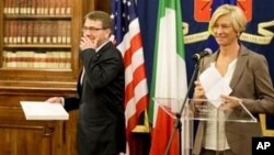 El secretario de Defensa de EE.UU., Ashton Carter, y su homóloga italiana Roberta Pinotti, durante una conferencia de prensa en Roma, el miércoles 7 de octubre de 2015.
