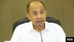 Pelaksana Tugas Kepala SKK Migas, Johannes Widjanarko di Jakarta, 30 Desember 2013 (VOA/Iris Gera)