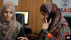 L'avocate pakistanaise Shandana Naeem et sa collègue Nayab Hassan, à Peshawar, le 28 mars 2017.