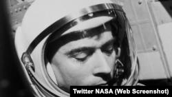 Young murió el viernes en la noche en su casa en Houston debido a complicaciones por una neumonía, señaló la agencia espacial.